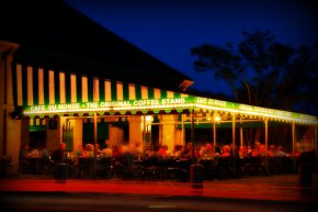 Cafe-Du-Monde-at-Night